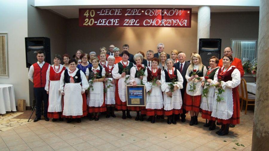 Zdjęcie grupowe uczestników jubileuszu istnienia zespołów pieśni ludowej