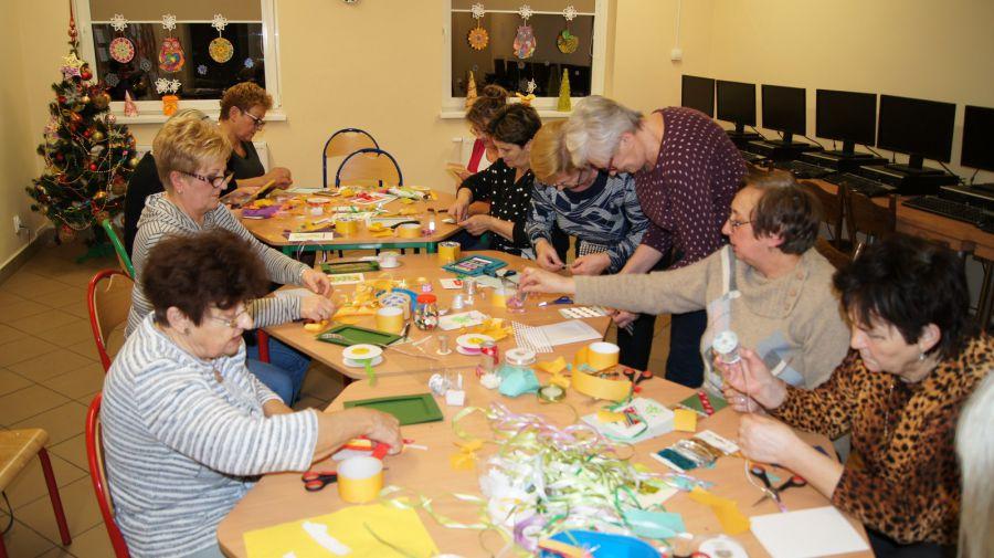 Na zdjęciu uczestnicy warsztatów Bożonarodzeniowych dla członków Klubu Seniora