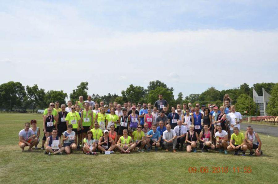 Zdjęcie grupowe uczestników biegu z organizatorami